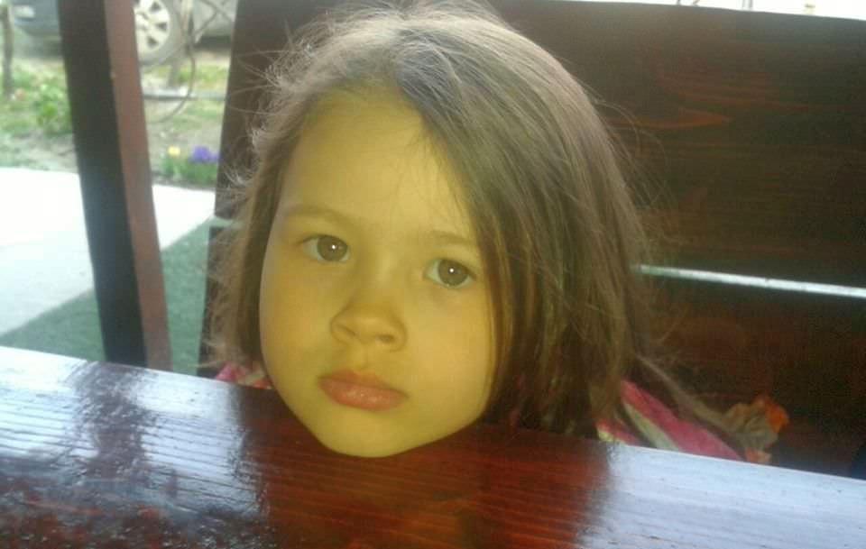 Fetița de 4 ani care trăiește într-o lume fără sunete. Haideți să o ajutăm să se vindece!