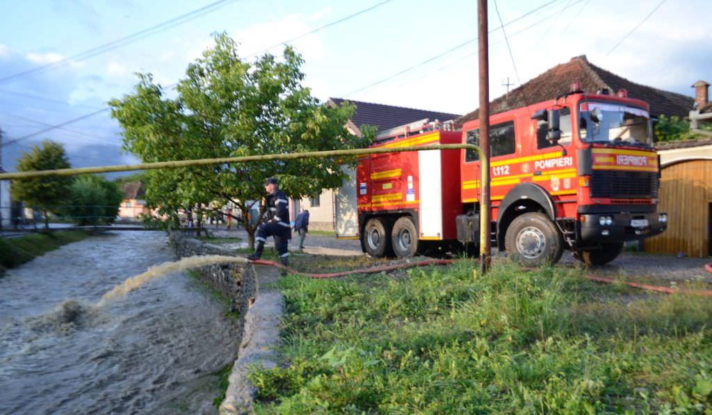 FOTO – Străzi sub ape la Sibiu și zeci de locuințe inundațe la Racovița, Cristian, Sadu, Turnu Roșu, Cisnădie, Șelimbăr și Scoreiu