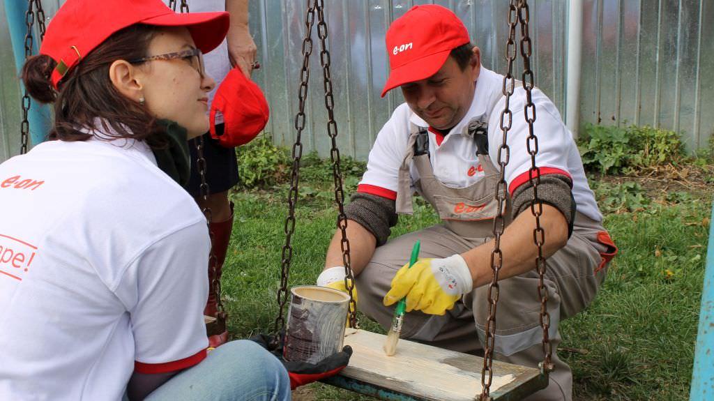 FOTO – Spațiul de joacă de la Grădiniţa 7 din Sibiu, reabilitat voluntar de angajați ai E.On
