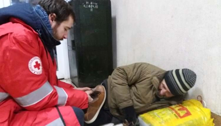 FOTO – Polițiștii sibieni și voluntari de la Crucea Roșie au distribuit haine groase și mâncare persoanelor fără adăpost din oraș