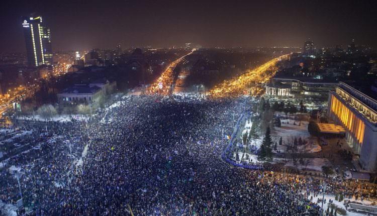 FOTO – Candidata PSD Sibiu la Camera Deputaților, Maria Manuela Catrina, vede coarnele Diavolului într-o poză de la protestele din București