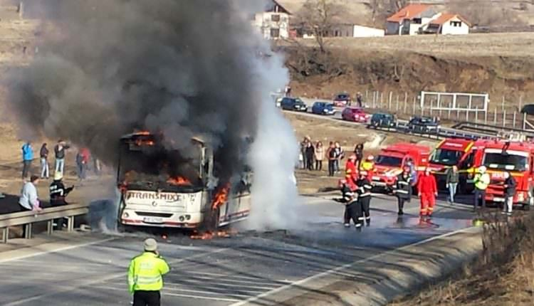 UPDATE VIDEO FOTO  – Un autobuz Transmixt cu șase pasageri la bord s-a făcut scrum pe DN14 între Târnava și Copșa Mică