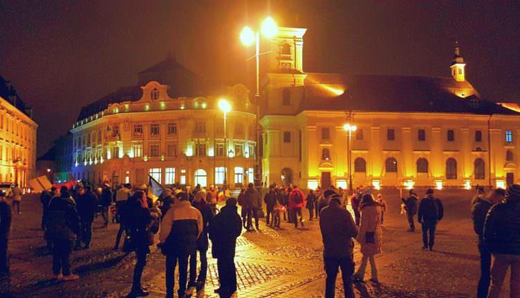 Protest la Sibiu – Mai puțin de 100 de oameni au ieșit în stradă luni seară și au strigat împotriva Guvernului