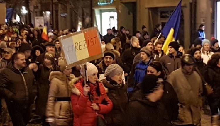 Ziua a 17-a de proteste la Sibiu. Aproximativ 30 de persoane au ieșit din nou în stradă
