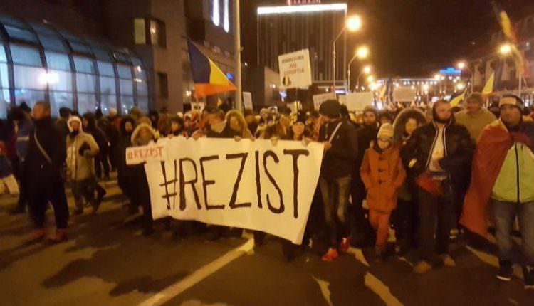 Protestatari puțini în cea de a 14 a zi de miting la Sibiu. Cincizeci de oameni s-au întors în Piața Mare