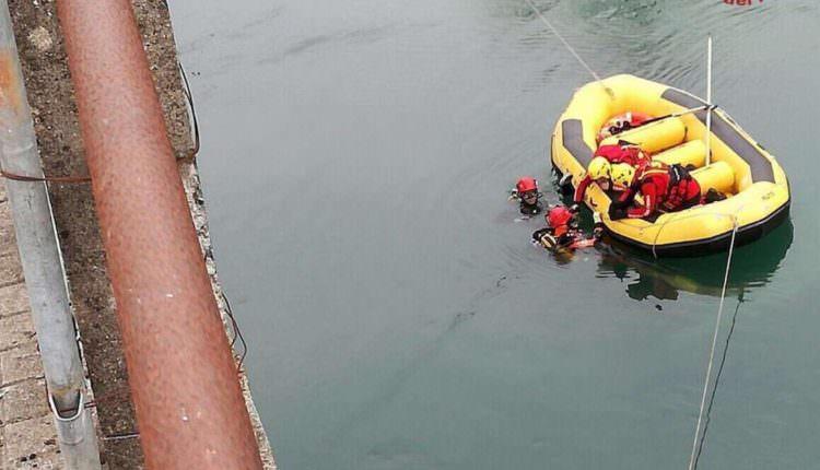FOTO – Trei români au murit în Italia după ce au căzut cu mașina într-un râu
