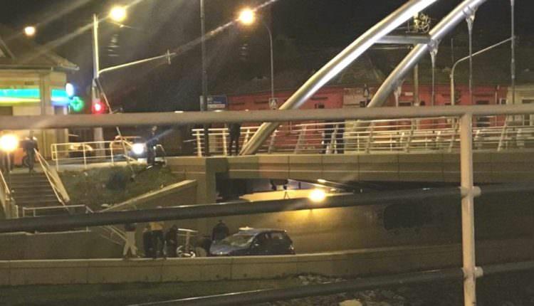 UPDATE VIDEO FOTO – Accident spectaculos la Piața Cibin. O șoferiță a plonjat cu mașina sub pod
