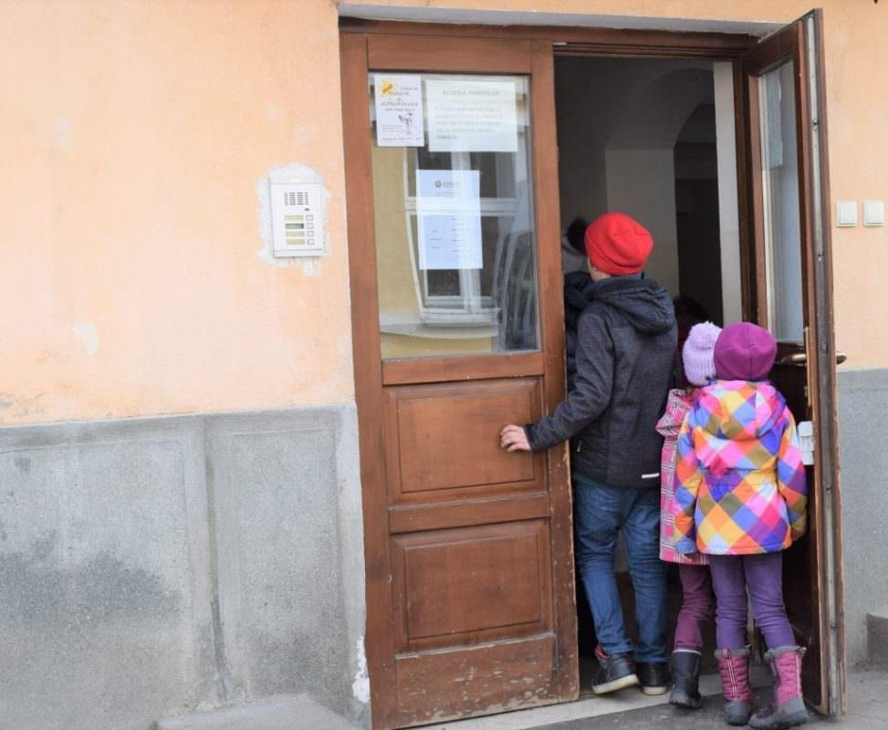 foto elevi intra pe o usa in scoala