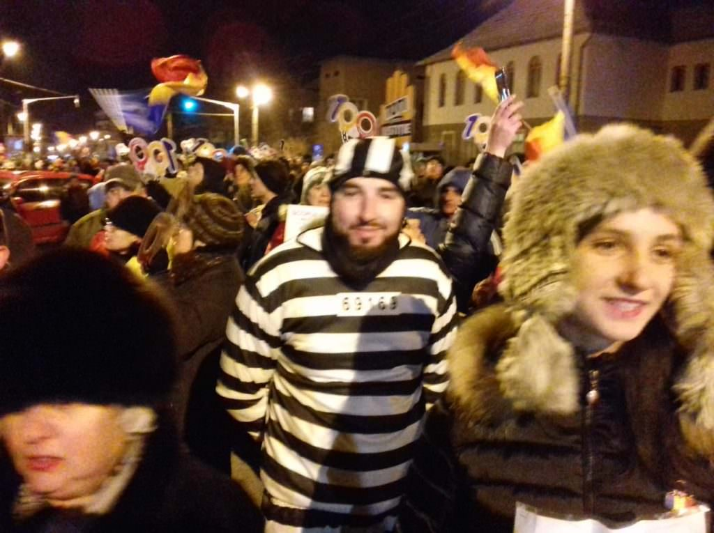 protestatar imbracat in puscarias