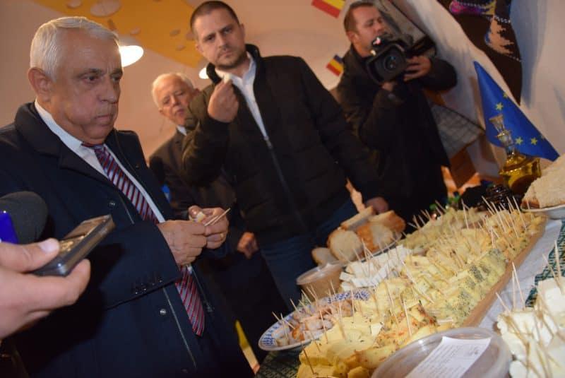 foto ministrul Petre Daeea ministrul Bogdan Trif la Brânzărie