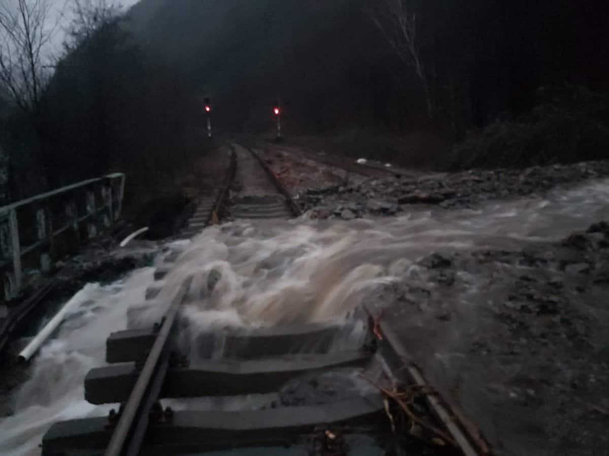 pietre valea oltului inundatii cale ferata