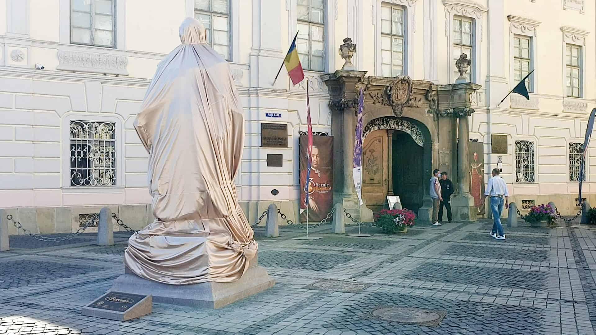 tatuia baronului Brukenthal a ajuns in Piata Mare Presedintele Iohannis asteptat la dezvelire