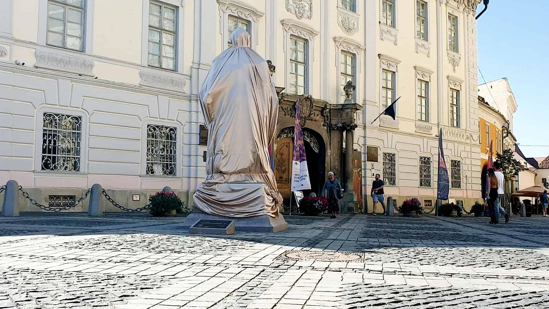 tatuia baronului Brukenthal a ajuns in Piata Mare Presedintele Iohannis asteptat la dezvelire 2